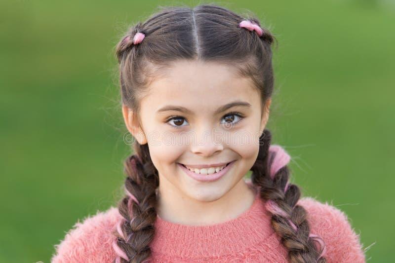 Criança pequena com cabelo longo Forma do outono para a menina bonita Infância feliz O outono aconchega-se Ocasionalmente bonito  imagens de stock royalty free
