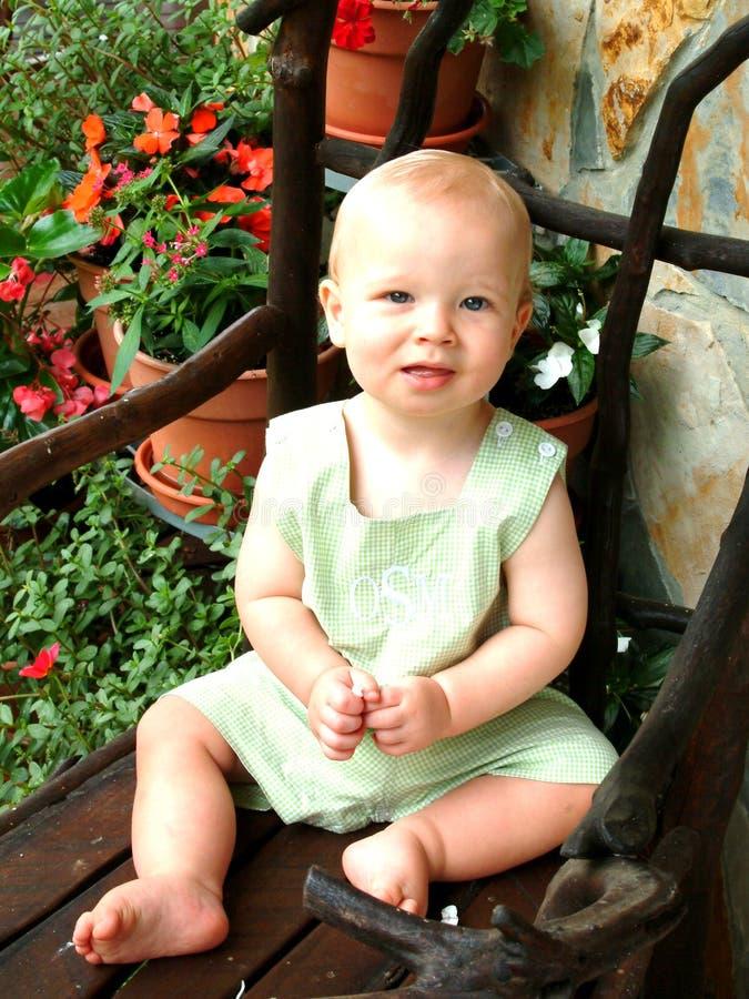 Criança pequena com flores imagens de stock