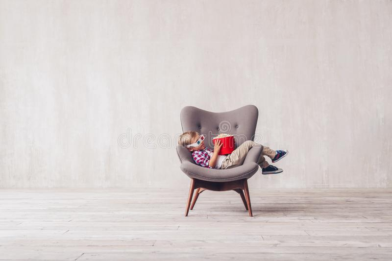 Criança pequena de sono com pipoca imagens de stock