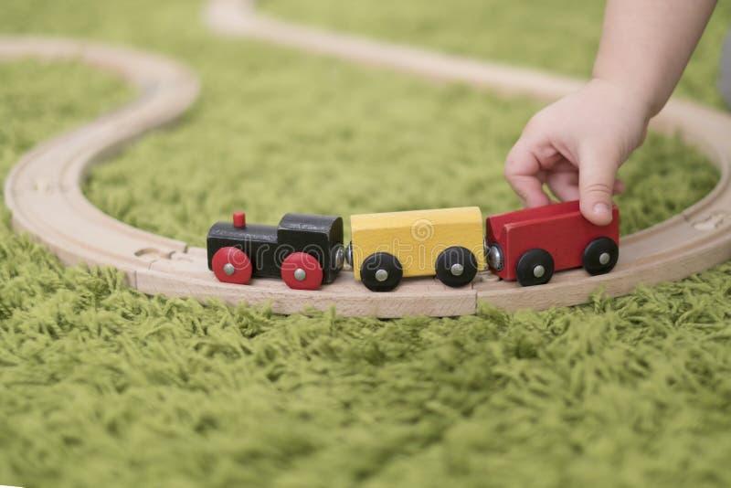 Criança pequena em uma sala de crianças colorida em um berçário ou em um pré-escolar menino da criança que joga com indicadores d fotografia de stock royalty free