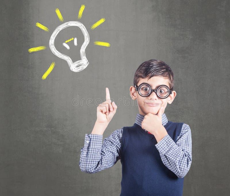 Criança Do Negócio Que Tem Uma Ideia Imagem de Stock - Imagem de ...
