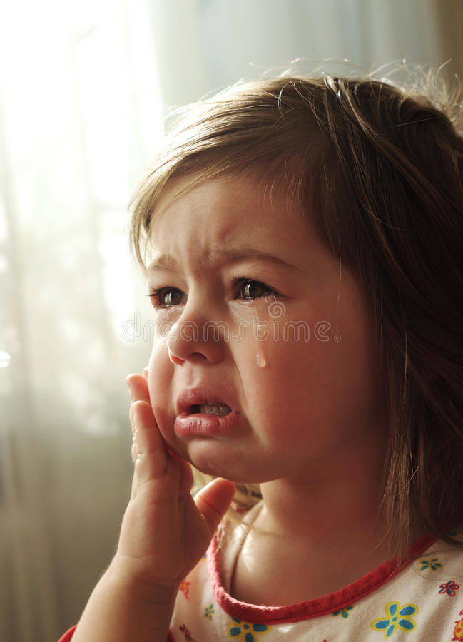 A criança pequena está gritando imagens de stock royalty free