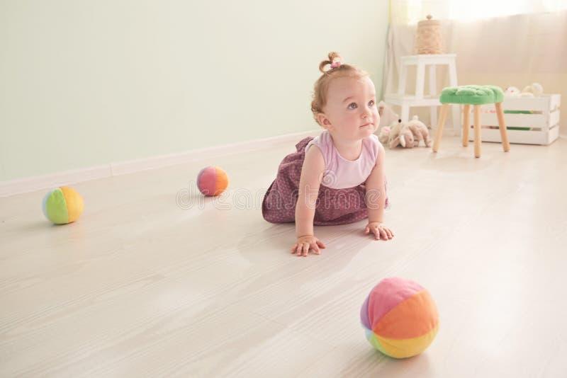 A criança pequena está jogando com os brinquedos no estúdio imagem de stock royalty free