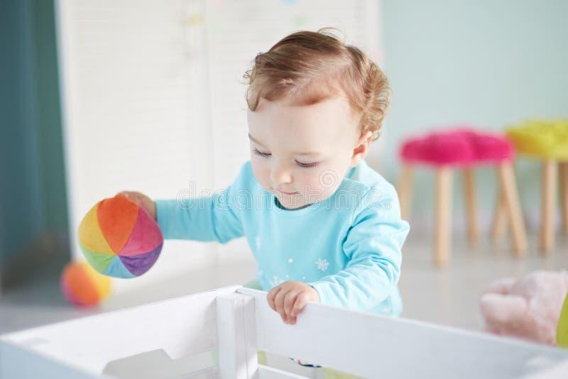 A criança pequena está jogando com os brinquedos no estúdio imagens de stock