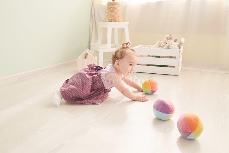 A criança pequena está jogando com os brinquedos no estúdio imagem de stock