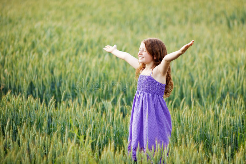 Criança pequena feliz foto de stock royalty free