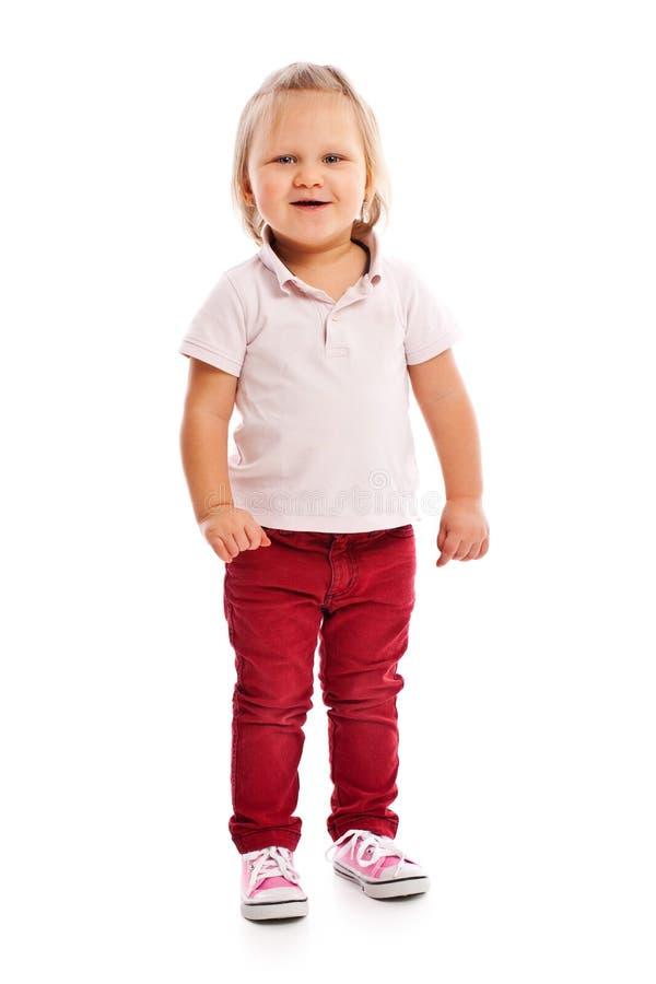 Criança pequena feliz que levanta no estúdio imagem de stock