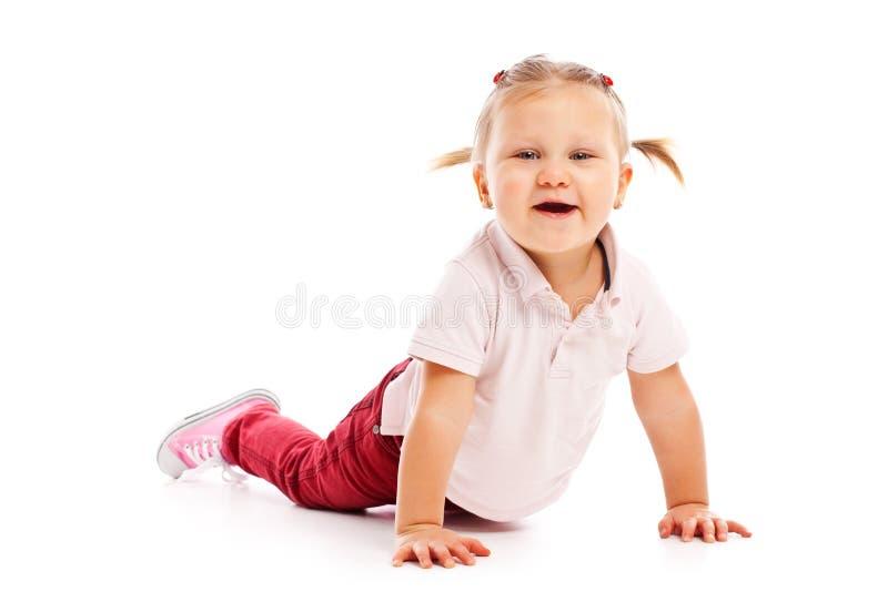 Criança pequena feliz que levanta no estúdio foto de stock