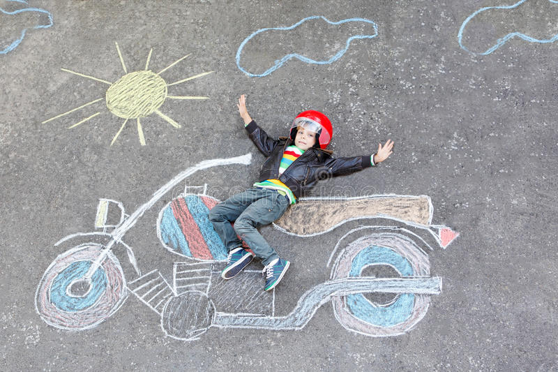 Criança pequena no capacete com o desenho da imagem da motocicleta com colo ilustração stock