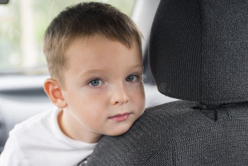 Criança pequena no carro fotos de stock royalty free