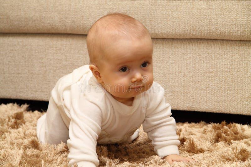 Criança pequena no tapete fotos de stock royalty free