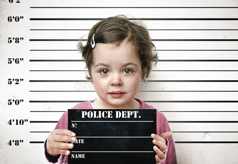 Criança pequena que levanta com uma placa da prisão imagens de stock royalty free