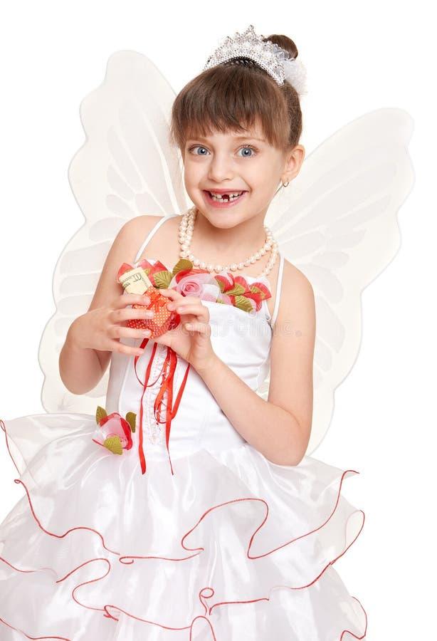 Criança perdida do dente vestida como a fada de dente com presentes e dinheiro imagem de stock