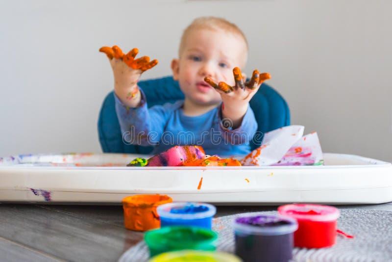 A criança pinta imagem de stock royalty free