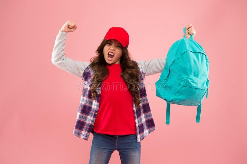 Criança poderosa Carregando coisas na mochila Saiba como ajustar a mochila corretamente Menina mocinha carregando mochila foto de stock royalty free