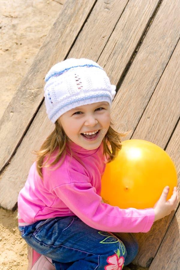 A criança prende uma esfera fotografia de stock royalty free