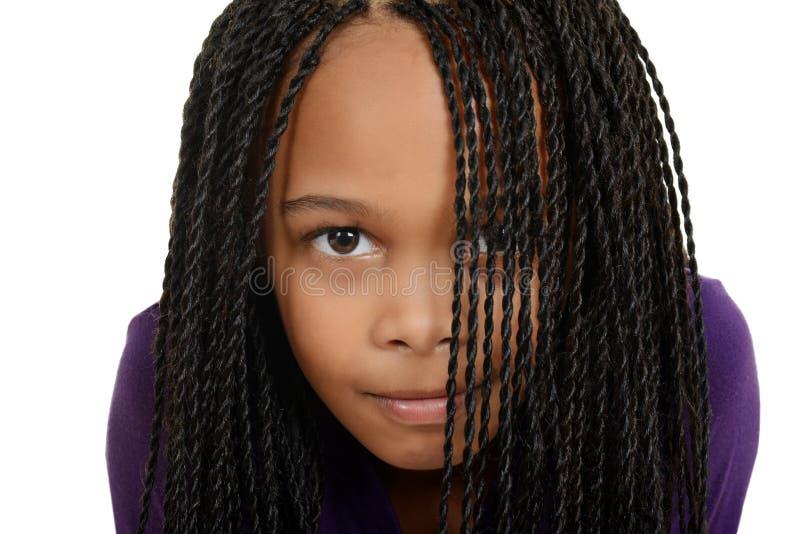 Criança preta nova com as tranças sobre a face imagens de stock
