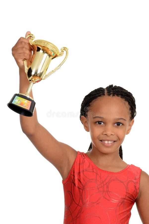 Criança preta nova com troféu da ginástica foto de stock