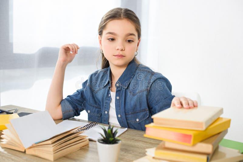 criança preteen adorável que toma livros imagem de stock