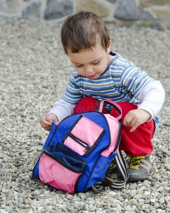 Criança que abre seu saco foto de stock royalty free