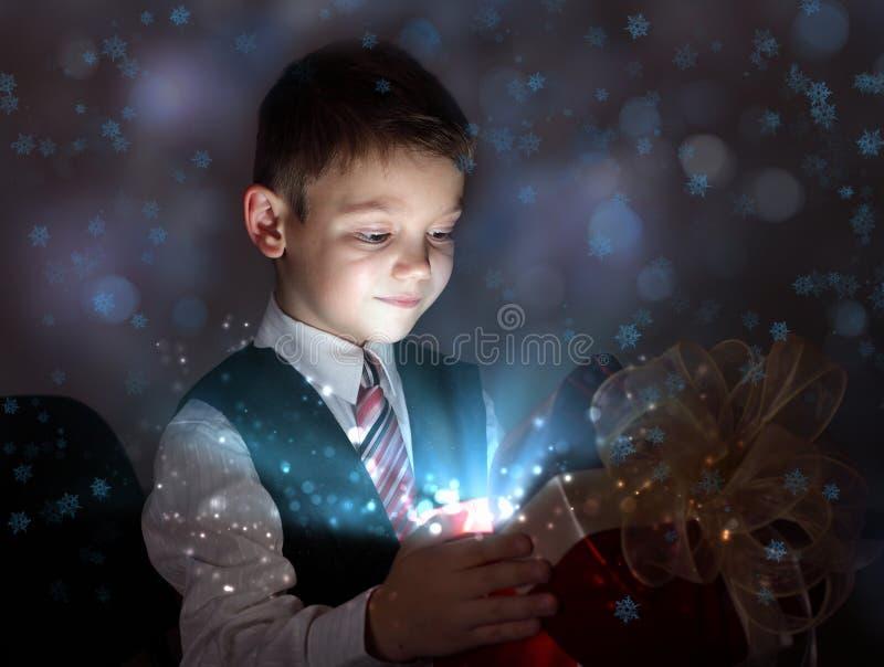 Criança que abre uma caixa de presente mágica fotografia de stock royalty free