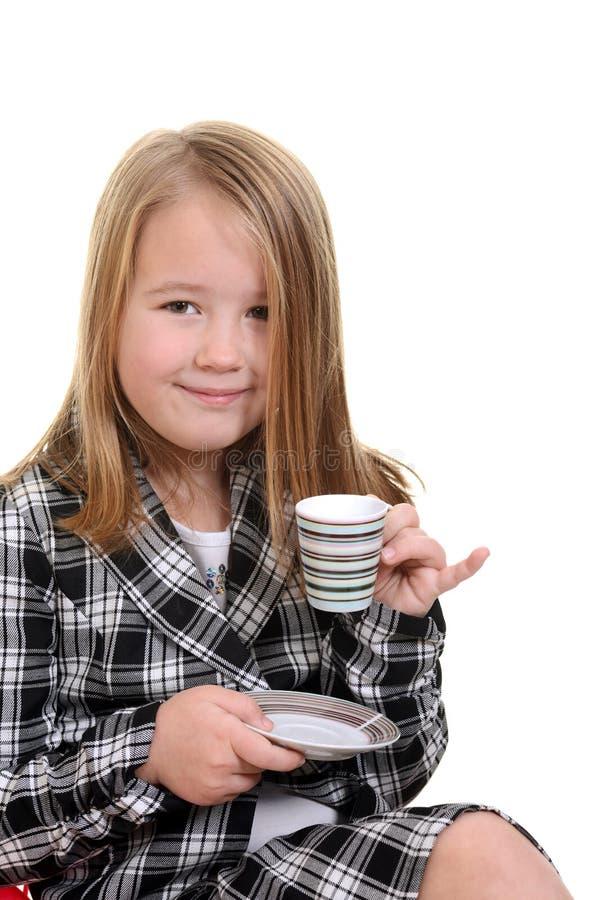 Criança que actua como a jovem senhora com chá fotos de stock