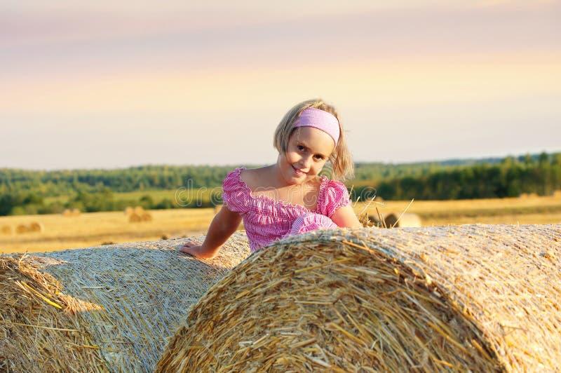 Criança que anda no campo imagem de stock royalty free