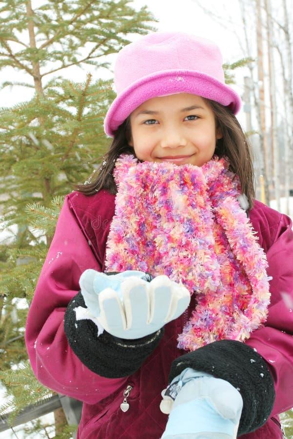 Criança que aprecia o inverno