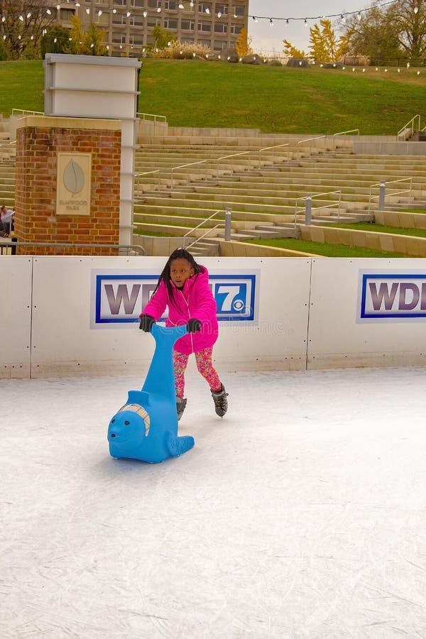 Criança que aprende ao patim de gelo imagens de stock