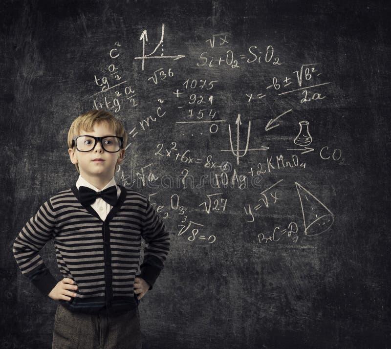 Criança que aprende a matemática, crianças educação, estudante Math da criança imagem de stock