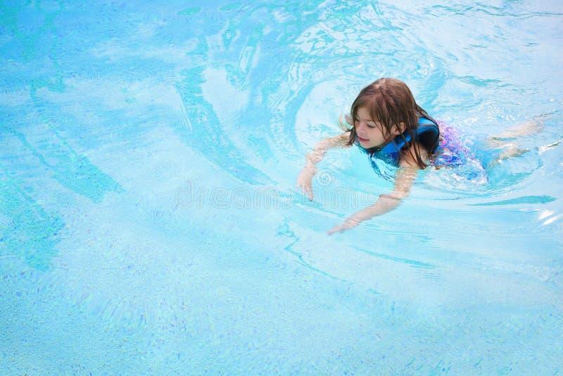 Criança que aprende nadar imagens de stock