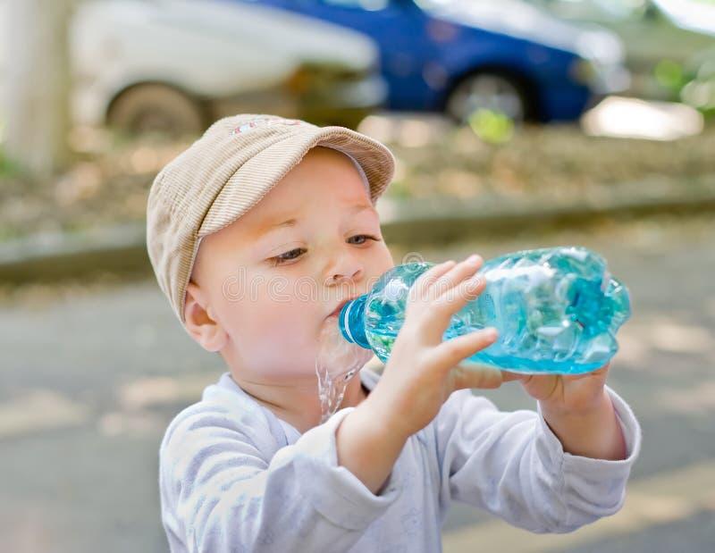 Criança que bebe do frasco fotos de stock