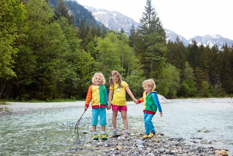 Criança que caminha nas montanhas Crianças na costa do rio foto de stock royalty free