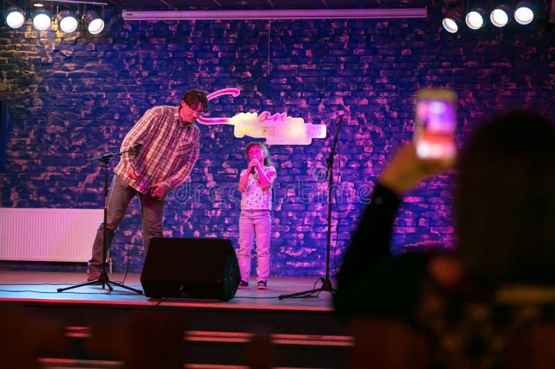 Criança que canta no microfone imagens de stock royalty free