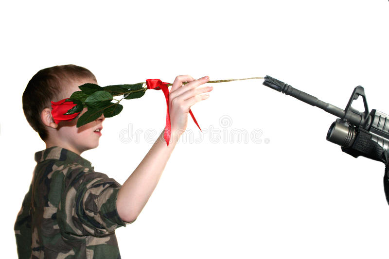 Criança que coloca Rosa no rifle 1 foto de stock