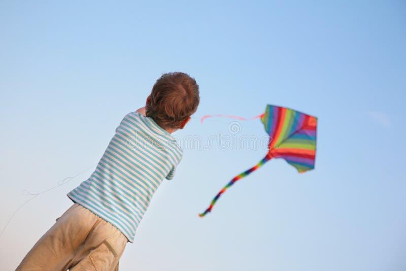 Criança que começa o papagaio fotografia de stock