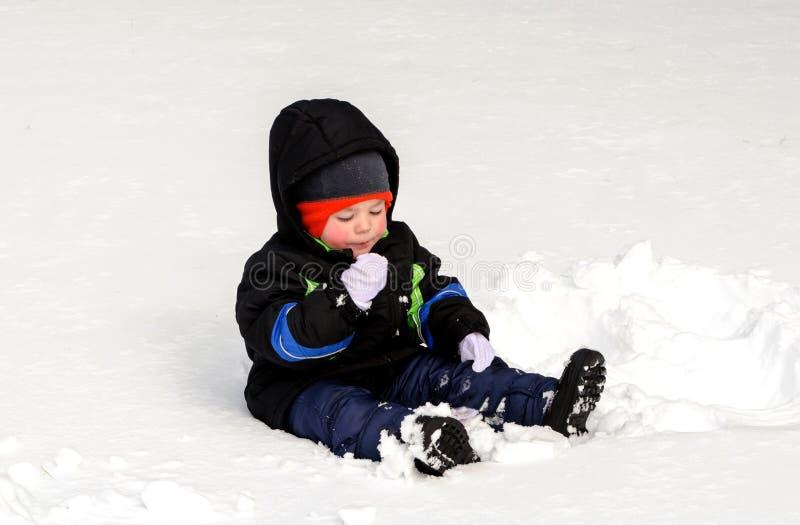 Criança que come a neve fotografia de stock