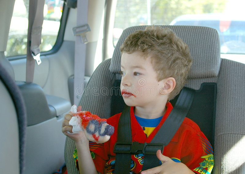 Criança que come o popsicle fotografia de stock royalty free