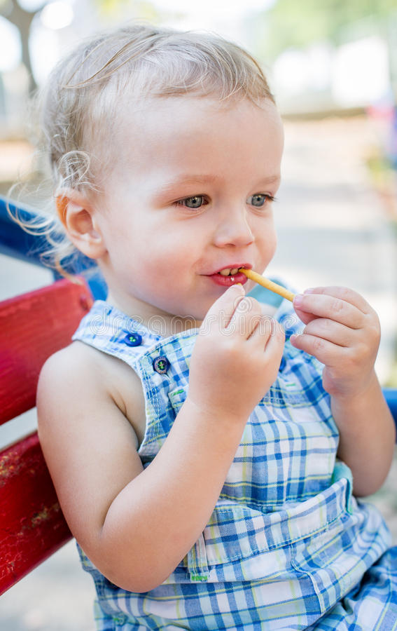 Criança que come a palha doce foto de stock royalty free