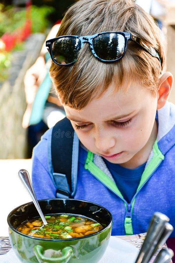 Criança que come uma sopa fotografia de stock royalty free