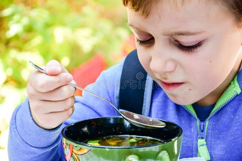 Criança que come uma sopa fotos de stock royalty free