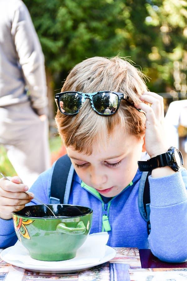 Criança que come uma sopa fotografia de stock