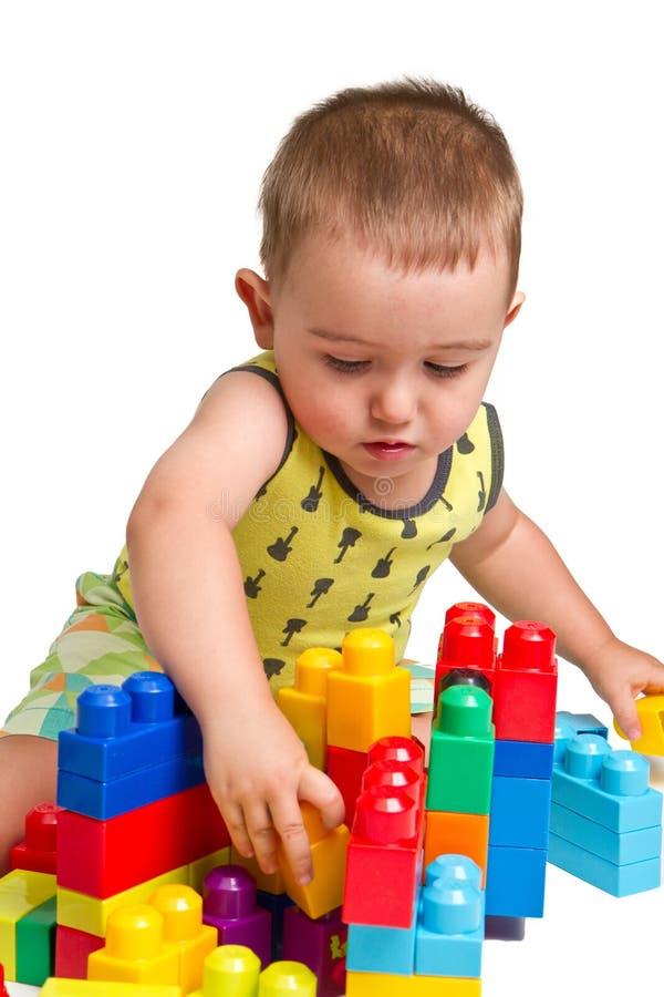 Criança que constrói um castelo fotos de stock royalty free