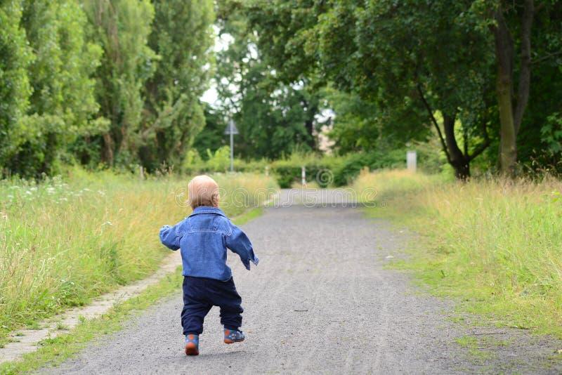 Criança que corre na trilha fotografia de stock