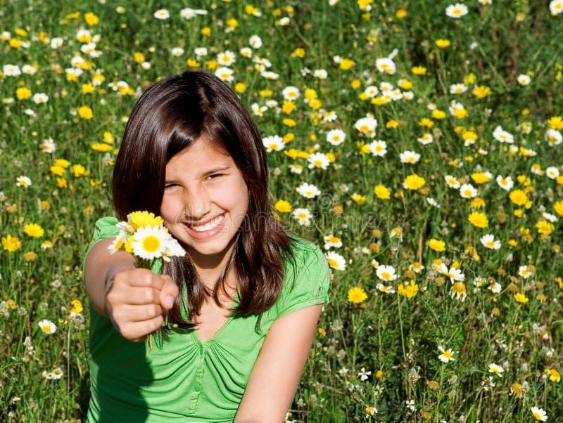 Criança que dá o presente das flores fotos de stock royalty free
