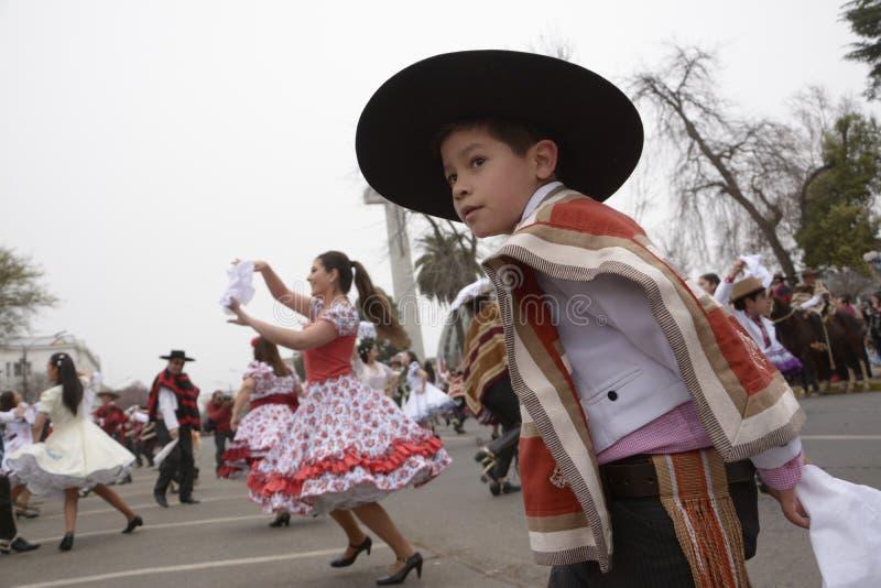 Criança que dança o cueca, a dança nacional do Chile foto de stock
