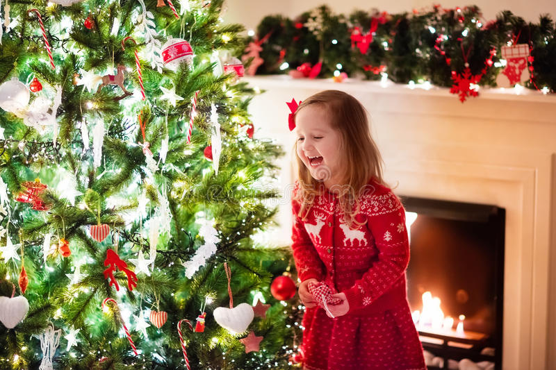 Criança que decora a árvore de Natal foto de stock royalty free