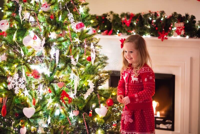 Criança que decora a árvore de Natal fotografia de stock royalty free
