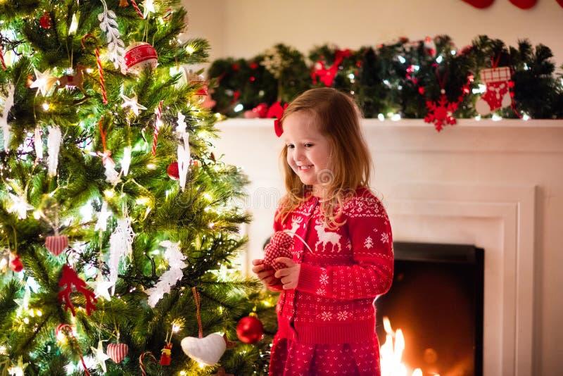 Criança que decora a árvore de Natal imagem de stock