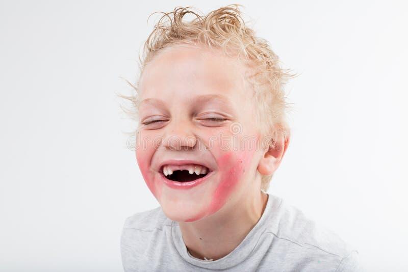 Criança que descobre seu riso windowed dos dentes imagens de stock
